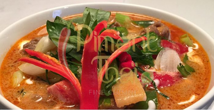 Un endroit chaleureux pour un souper entre amis à Saint-Sauveur, Fine cuisine, Soupe Tom Yum, Cuisine Thaïlandaise, Terrasse,  Boeuf piment thaï, Salle à manger, Soupe Tom Kha